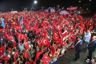 demokrasi-nobeti-tutan-kucukcekmeceliler-ellerinde-turk-bayraklari-001