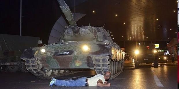 tankın-onune-yatan-adam